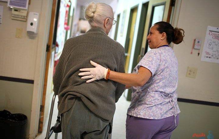 مساعدة كبار السن على المشي